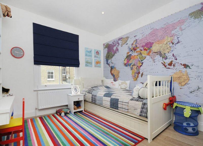Карта мира на стене детской спальни