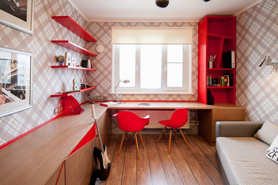 Красные стулья перед письменным столом школьника