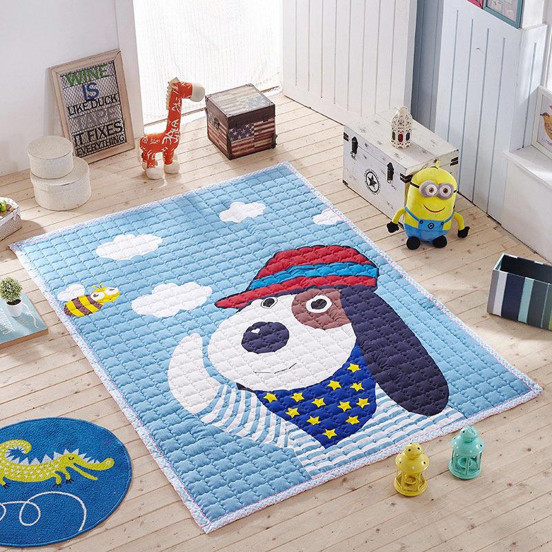 Яркий ковер с собачкой на полу в детской