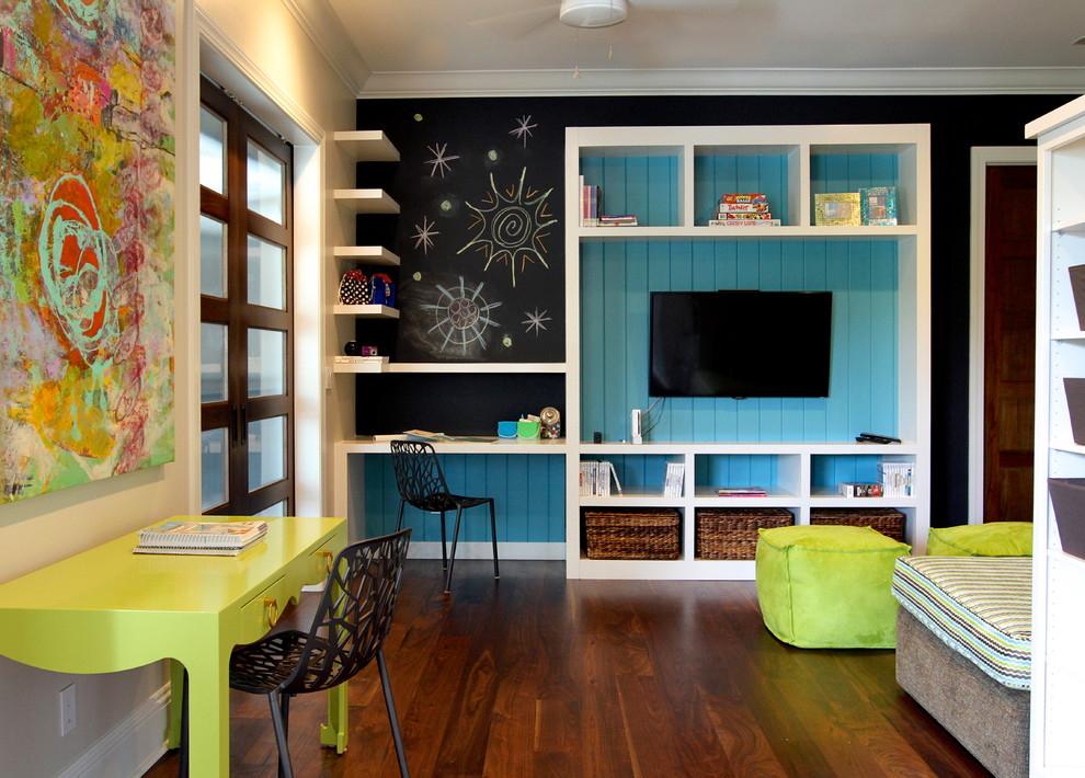 Раздельное размещение рабочих столов в детской для двоих
