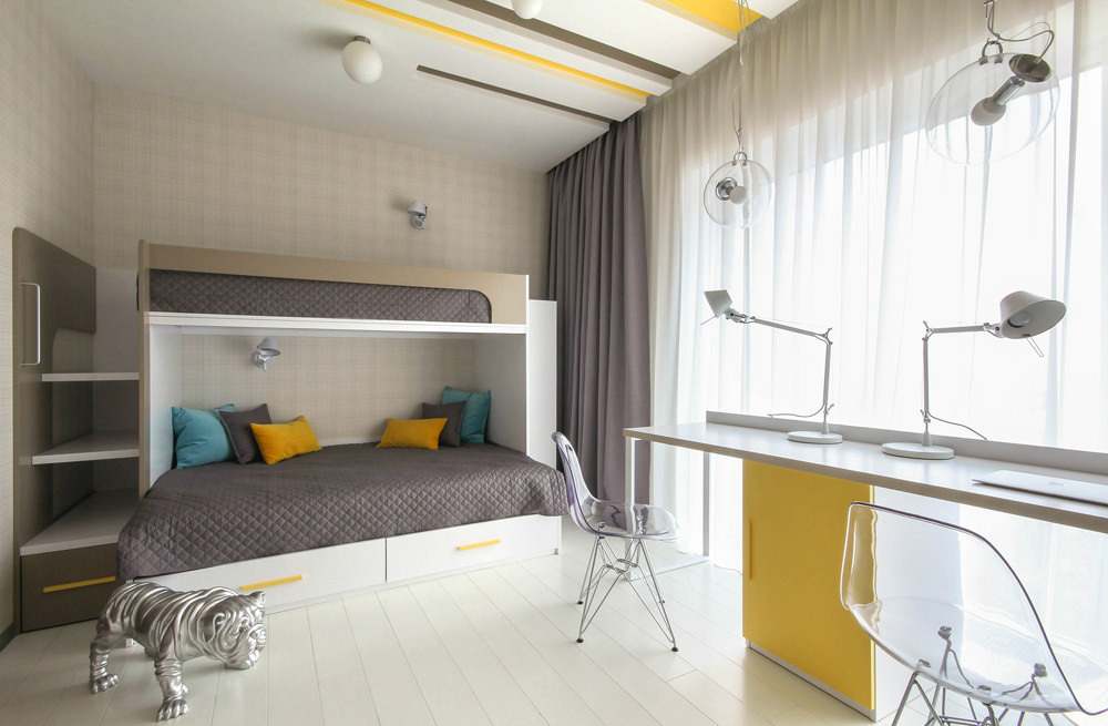 Дизайн светлой детской комнаты с большими окнами
