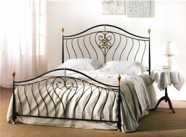 Спальня с металлической кроватью фото