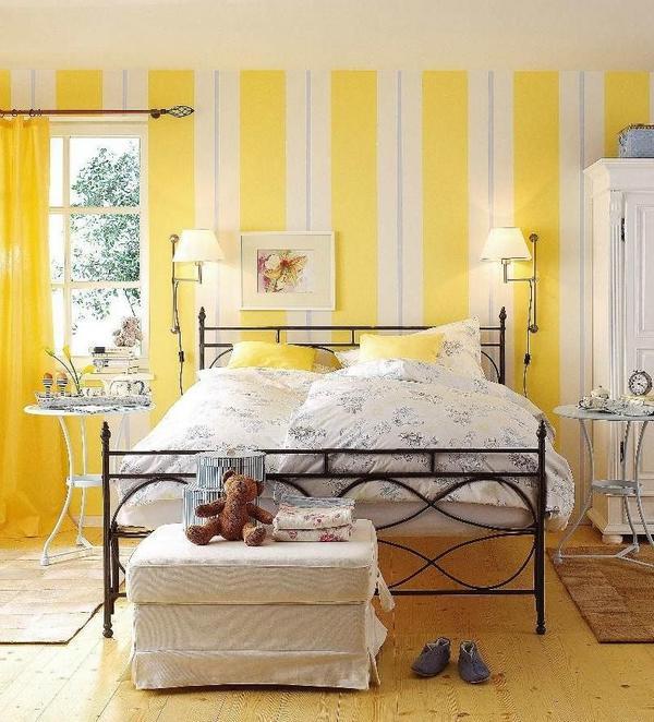 Интерьер спальни с металлической кроватью