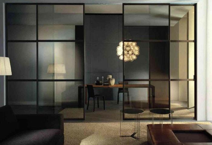 Раздвижные стеклянные перегородки как приём зонирования в стиле Хай-тек