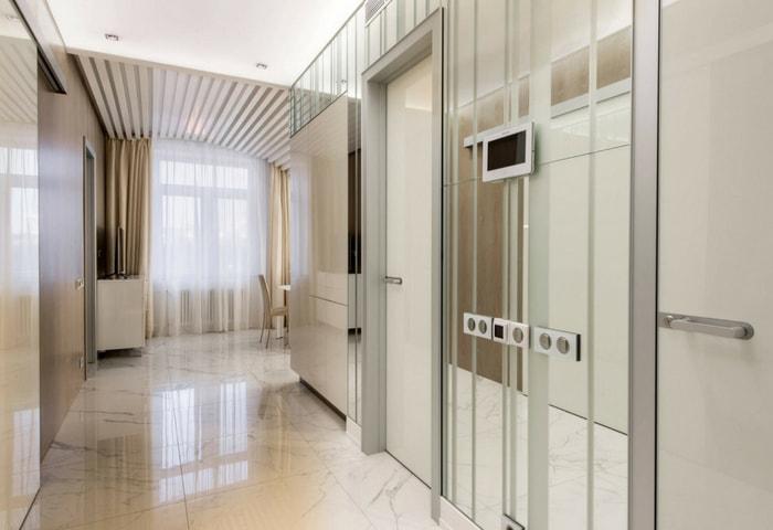 Ремонт коридора в стиле Хай-тек, стена оформлена зеркалами для визуального расширения пространства