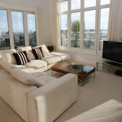 Стильная мебель в гостиной комнате хай тек стиля в интерьере