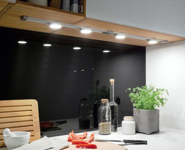 Точечные светильники над рабочей зоной просто необходимы!