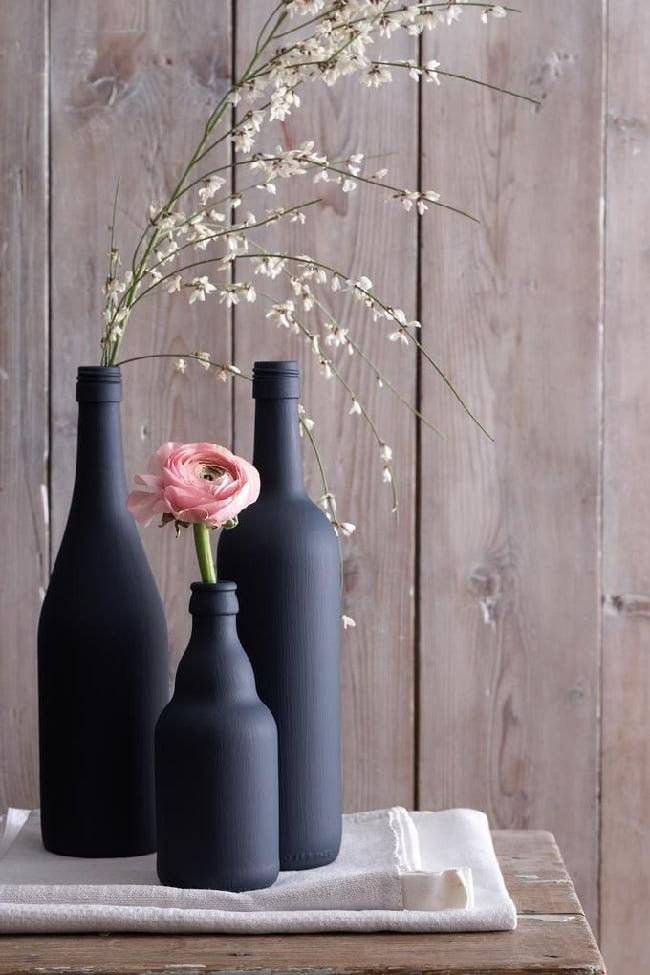 Бутылки выкрашенные в чёрный цвет смотрятся очень эффектно