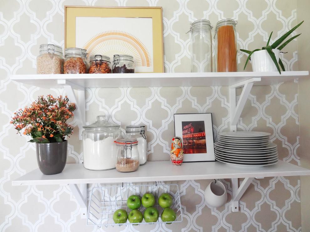 Открытые полки для хранения посуды и круп