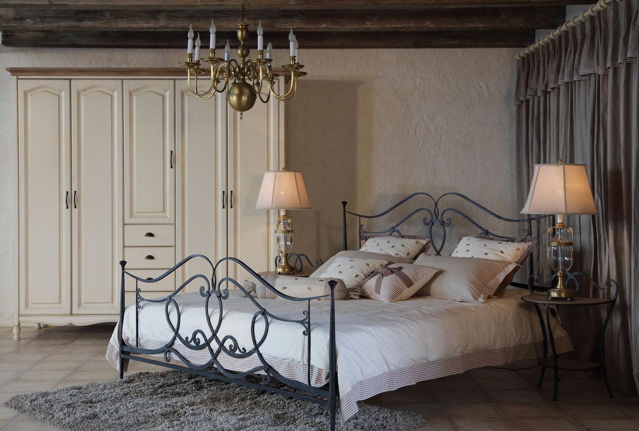Кованая кровать в спальне