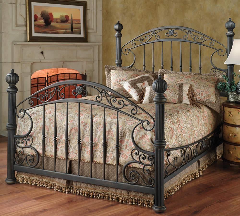 Черная кованая кровать в спальне