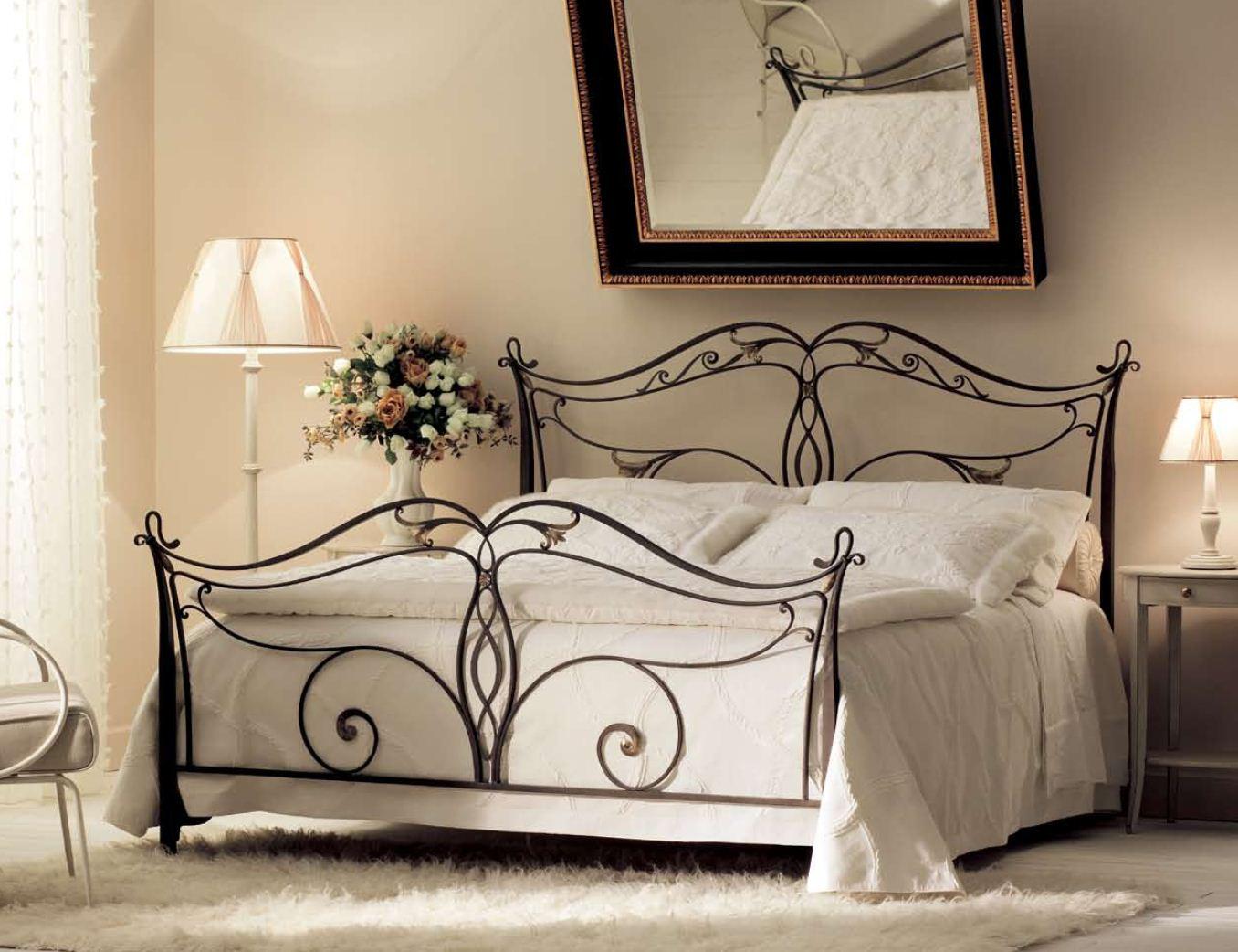 Красивая ковка кровати в спальне