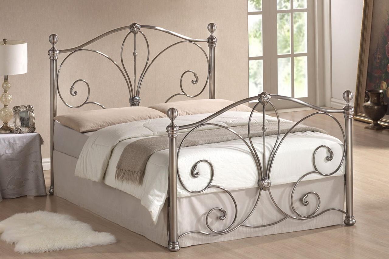 Серебристая кованая кровать