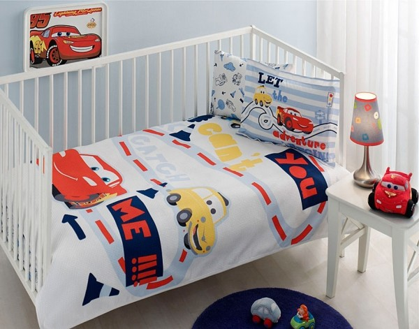 Светлое и яркое постельное белье для летнего интерьера