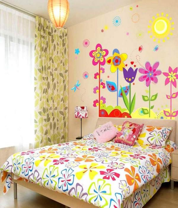 Летний дизайн стен в детской комнате девочки