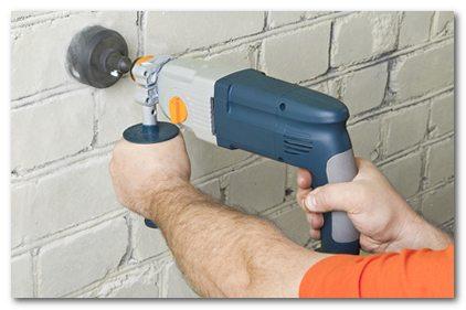 Есть коронка для кирпича, которая поможет сделать отверстие для розетки или выключателя