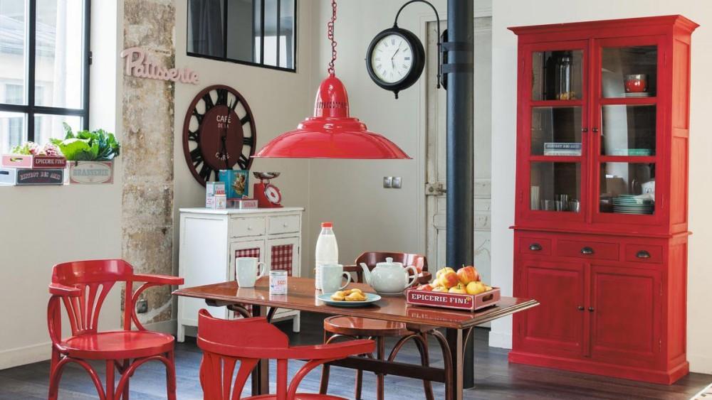 Красные акценты на кухне в стиле кантри