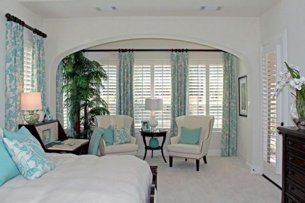 Бирюзовые шторы в интерьере гостиной