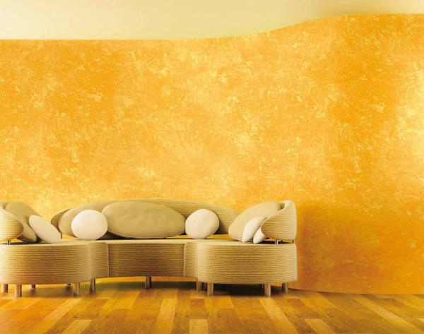 Золотая венецианская штукатурка в минималистично оформленном интерьере