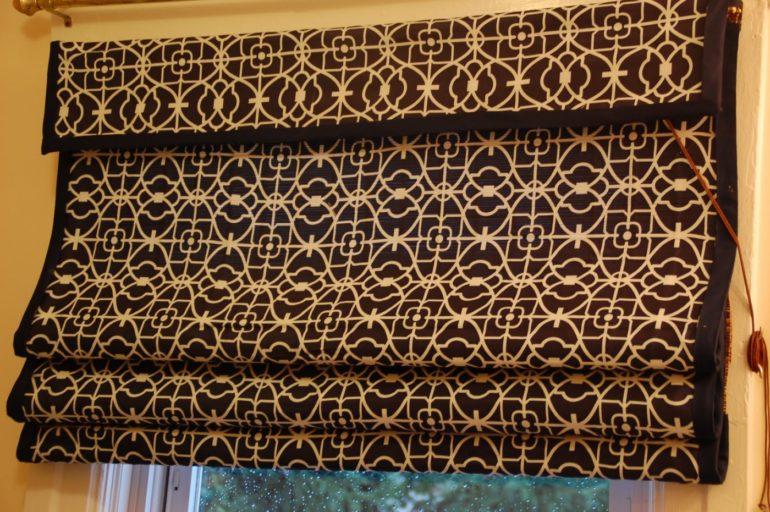 На первый взгляд римские шторы кажутся простым и неприметным элементом декора. Но стоит выбрать подходящую ткань и цвет, так окно с такой портьерой становится настоящим достоянием