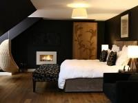черная спальня в коттедже