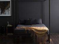 спальня с черной кроватью