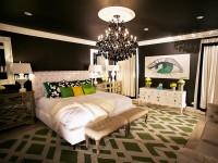 белая мягкая кровать в черной спальне