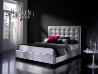 белая кровать в черной спальне