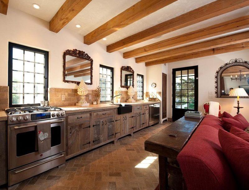 Потолок с деревянными балками на кухне загородного дома