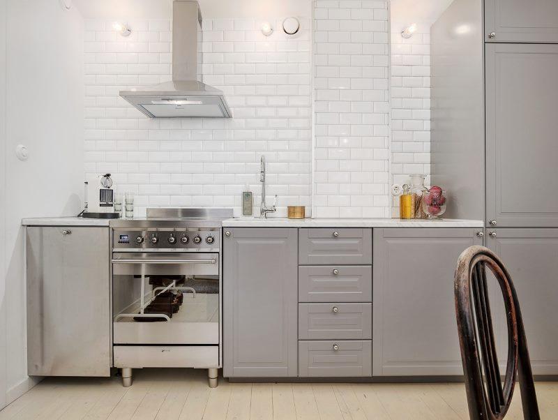Белая кирпичная стена на кухне без подвесных шкафчиков