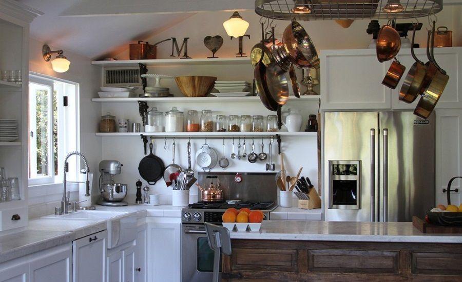 Открытые полки с чашками и банками на кухне частного дома