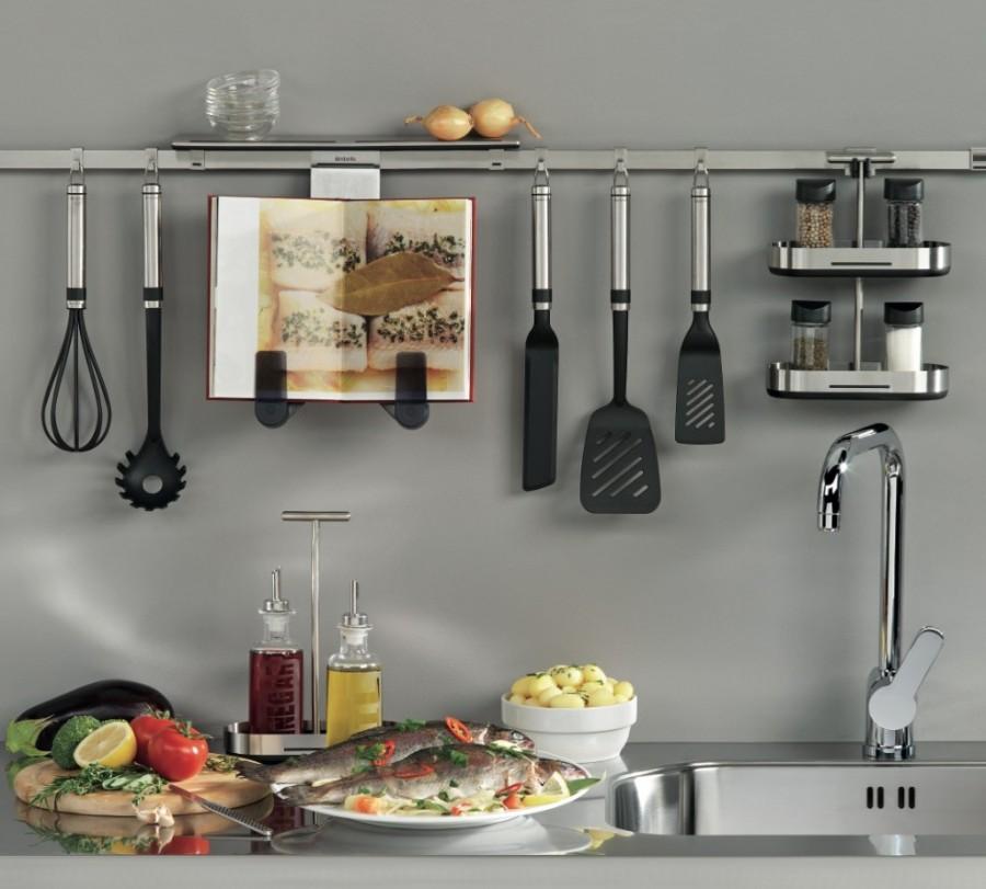 Кухонные принадлежности на рейлингах вместо подвесных шкафов