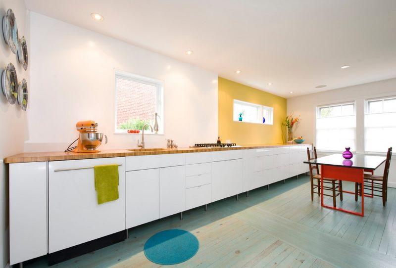 Длинный кухонный гарнитур с белыми фасадами