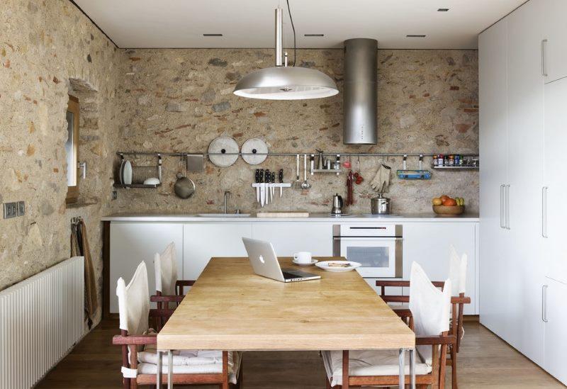 Кухня с частичным использованием закрытых шкафов