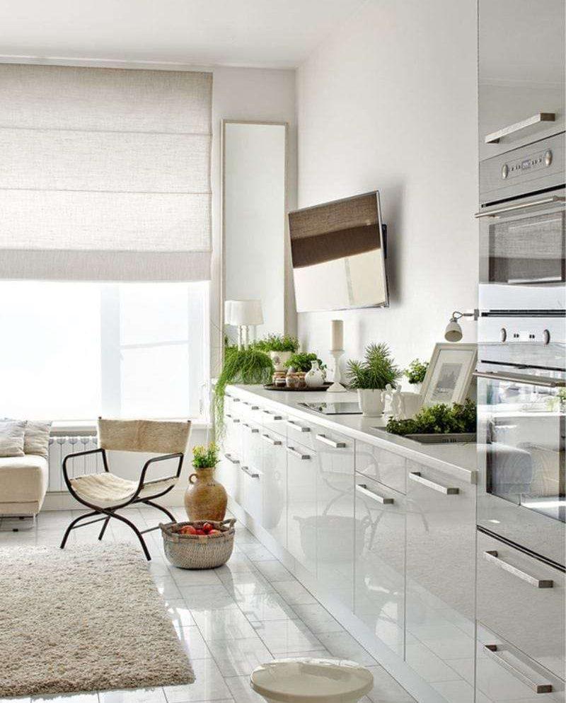 Телевизор на белой стене кухни