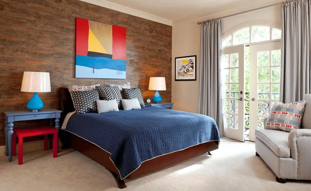 При наличии в спальне хорошего естественного освещения, можно обойтись парочкой настольных ламп