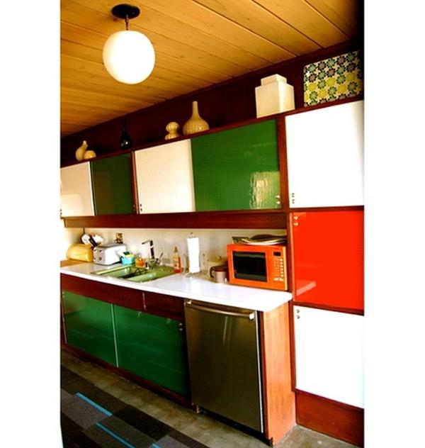 Кухонный гарнитур, окрашенный в оранжевый и зелёный цвет