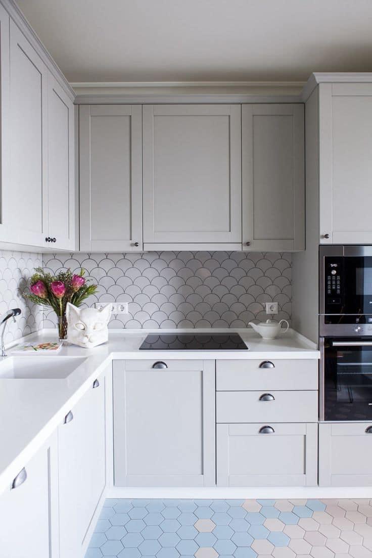 Светлые фасады сегодня наиболее популярны при оформлении интерьеров маленьких кухонь