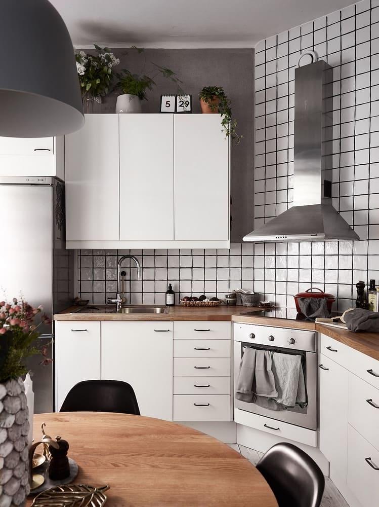 Чтобы кухня не казалась слишком громоздкой и перегруженной, вытяжку следует подбирать исходя из планировки и размера помещения