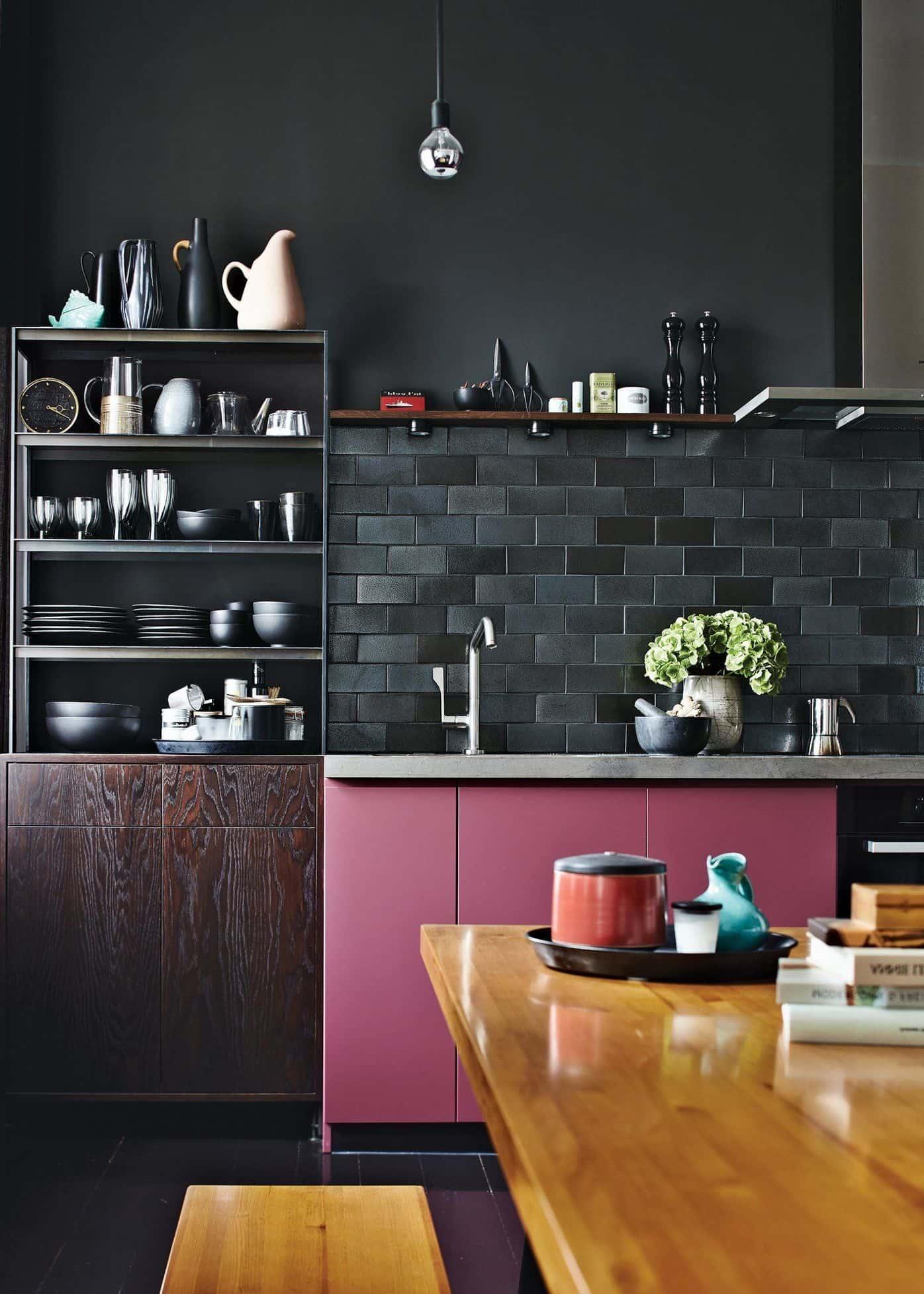 Несмотря на то что темный цвет довольно редко применяется при оформлении интерьера малогабаритной кухни, смотрится он поистине шикарно