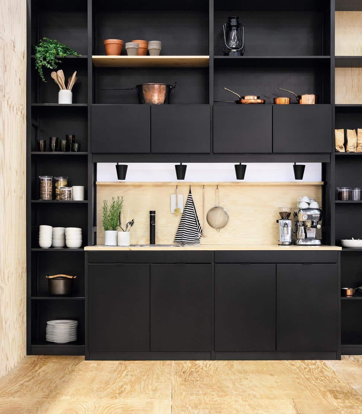 Безупречный дизайн маленькой кухни в темном цвете с линейной планировкой гарнитура