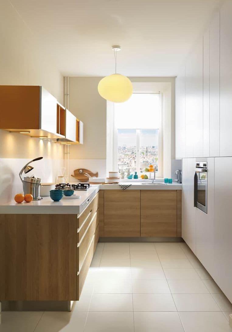 Красивый светильник с изящным плафоном станет ярким акцентом небольшой кухни