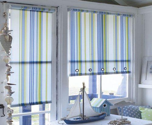 Открытые рулонные шторы в интерьере в морском стиле