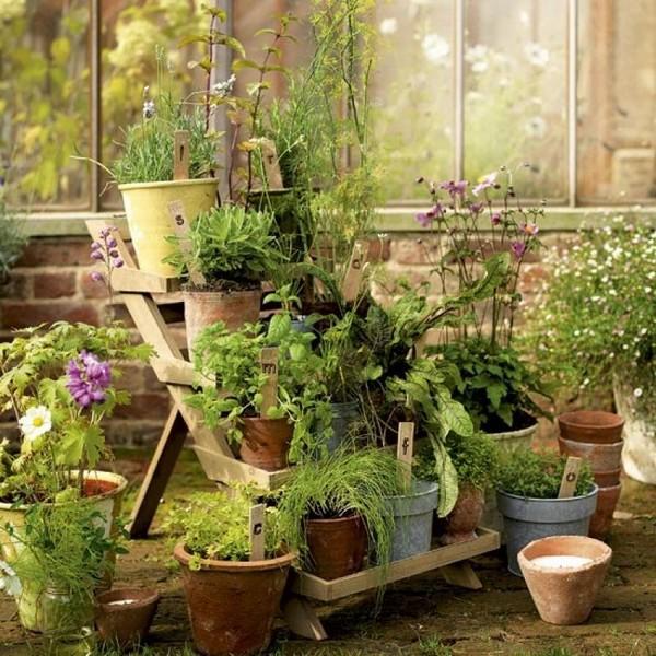 Деревянная этажерка для сада фото