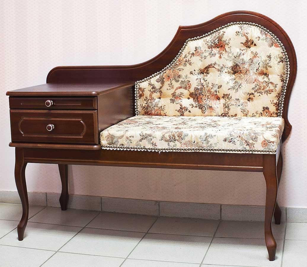 мягкий пуфик-скамейка из дерева в проходную