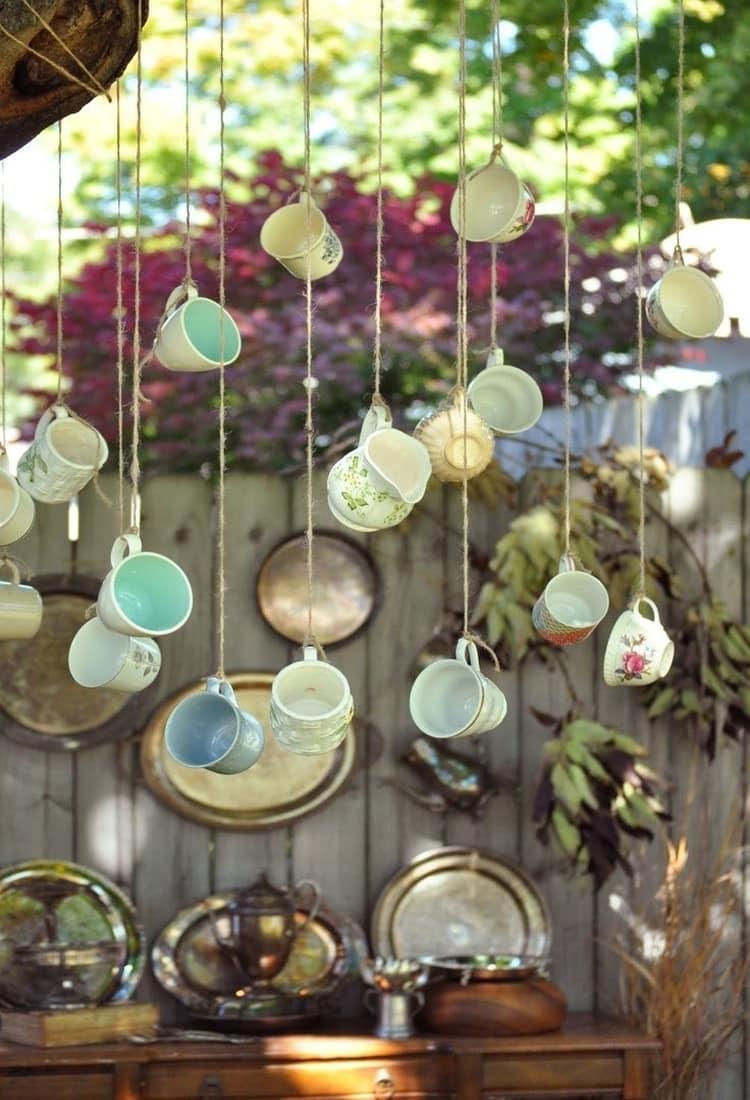 Эффектно будут смотреться чайные кружки, подвешенные на льняные нити
