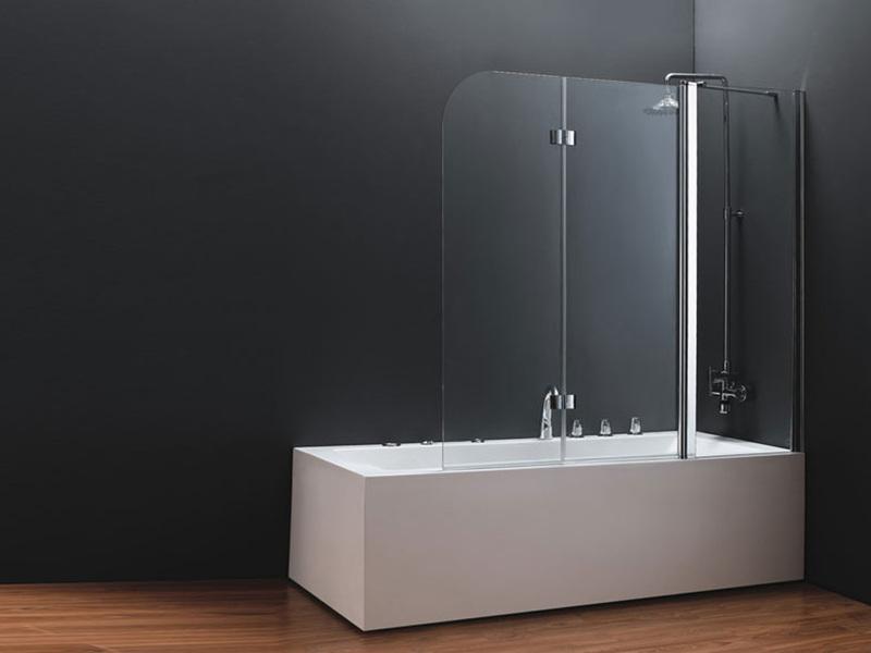 Выбор стеклянной шторки для ванной в строгом стиле