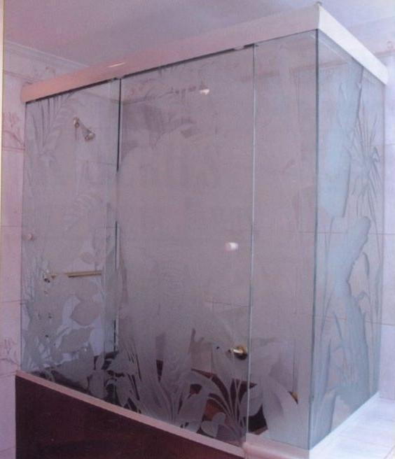 Преимущества и недостатки стеклянной шторки для ванной комнаты с нанесенным матовым рисунком