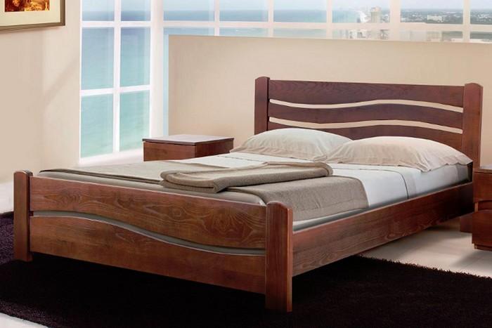 Деревянная кровать в интерьере спальни