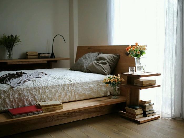 Кровать из дерева со встроенными полками и тумбочками